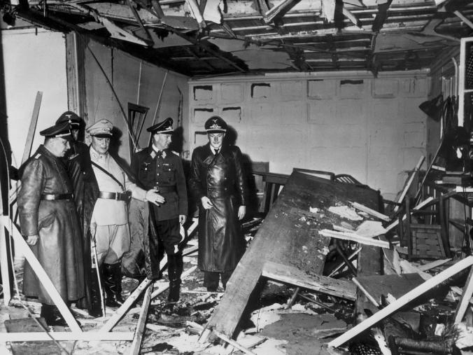 """Adolf Hitler, Attentat Wolfsschanze: G""""ring und Bormann im zerst""""rten Besprechungsraum"""